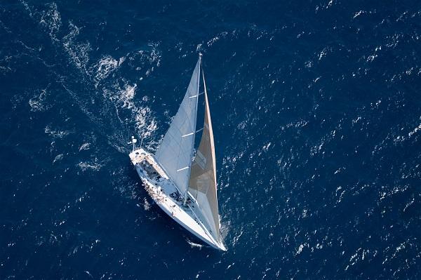 יאכטה בלב ים - מבט מלמעלה
